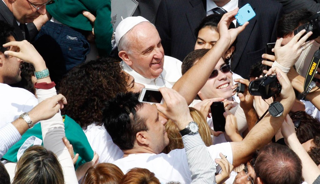 140413-pope-francis-crowd-selfie-830a_af7495ac91b0f9635eaa15eec0168fd0.nbcnews-ux-2880-1000